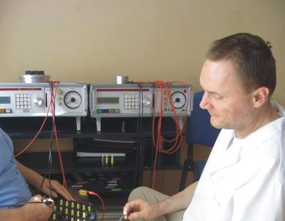 lekarz Szymon Woronko w trakcie pracy